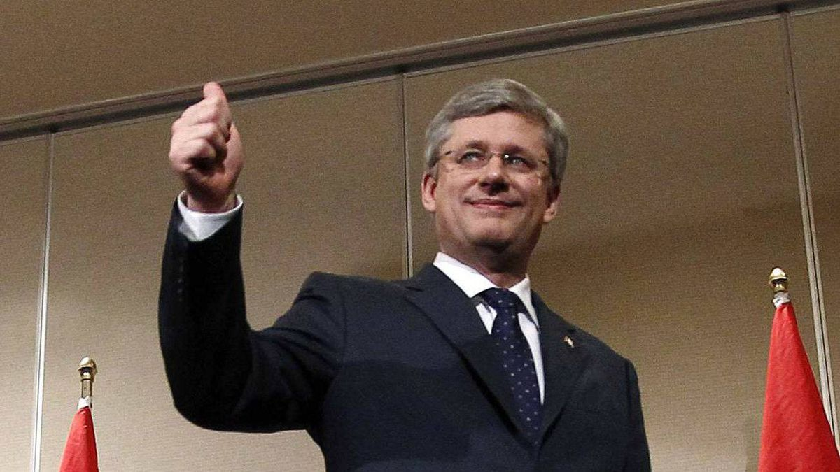 Conservative leader and Canada's Prime Minister Stephen Harper gives a thumbs up as he leaves a news conference in Calgary, Alberta May 3, 2011.