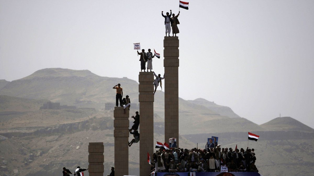 Supporters of Yemen's President Ali Abdullah Saleh stand on pillars during a rally to show their support, in Sanaa April 1, 2011.