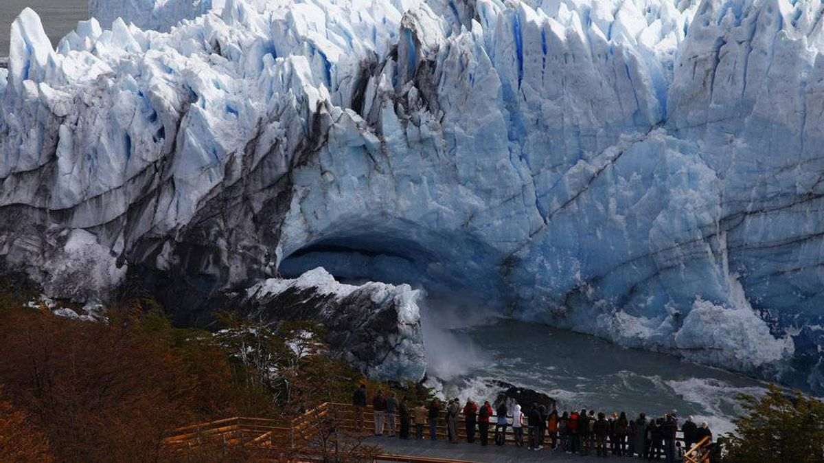 Tourists wait to see the rupture of the leading edge of the Perito Moreno glacier near the city of El Calafate in the Patagonian province of Santa Cruz, southern Argentina, March 2, 2012.