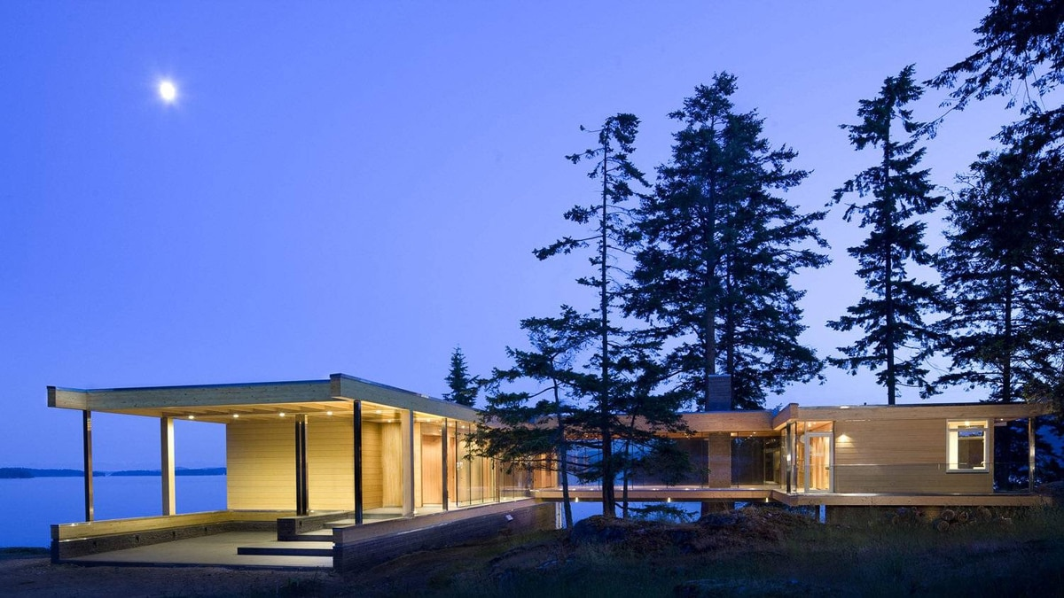 At night, the exterior glazing that opens up to the seafront becomes a luminescent jewel box.
