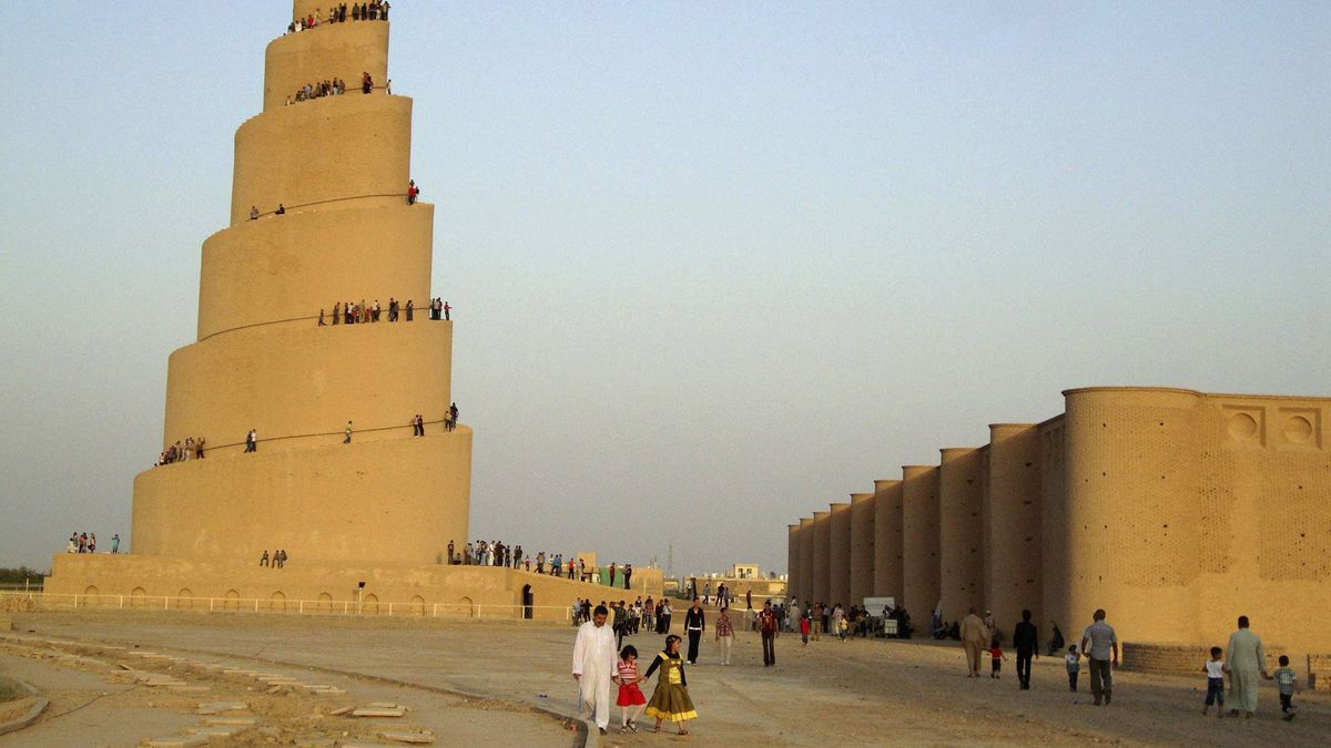 Residents visit the Spiral Minaret of the Great Mosque in Samarra, 100 km north of Baghdad August 30, 2011.