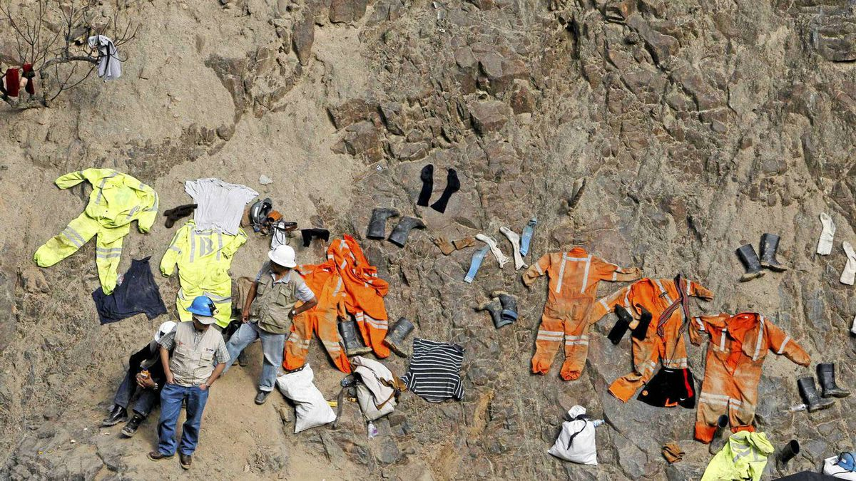 Rescue workers and miners dry clothes as they help with rescue operations of the nine trapped miners at Cabeza de Negro gold-and-copper mine, near the mine in Ica April 10, 2012.