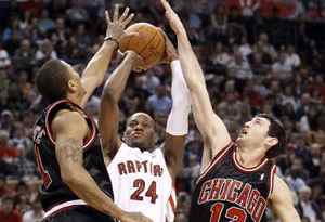 Toronto Raptors forward Sonny Weems (C) shoots between Chicago Bulls defenders Derrick Rose (L) and Kirk Hinrich (R) during the first half of their NBA basketball game in Toronto April 11, 2010. REUTERS/ Mike Cassese