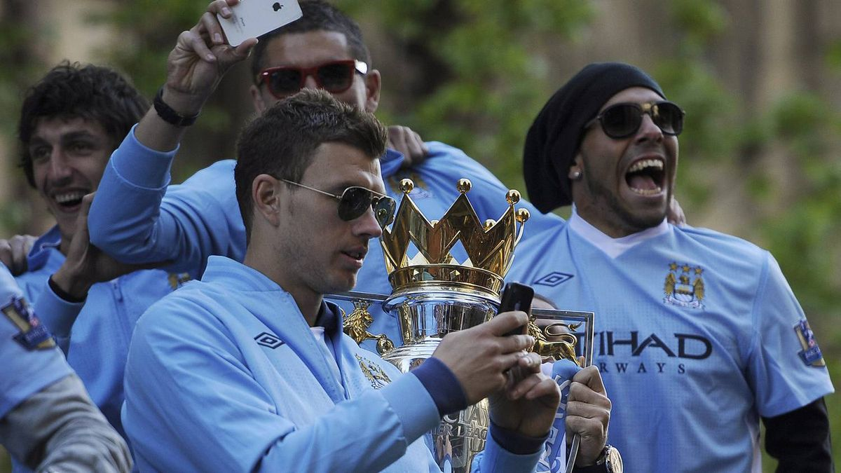 Manchester City's players parade the English Premier League trophy on a bus through the streets of Manchester, northern England May 14, 2012. REUTERS/Nigel Roddis