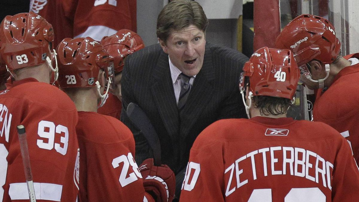 Detroit Red wings head coach Mike Babcock talks to his team during the closing seconds of the third period of an NHL hockey game against the San Jose Sharks in Detroit, Tuesday, Feb. 22, 2011. The Sharks won 4-3. (AP Photo/Carlos Osorio)
