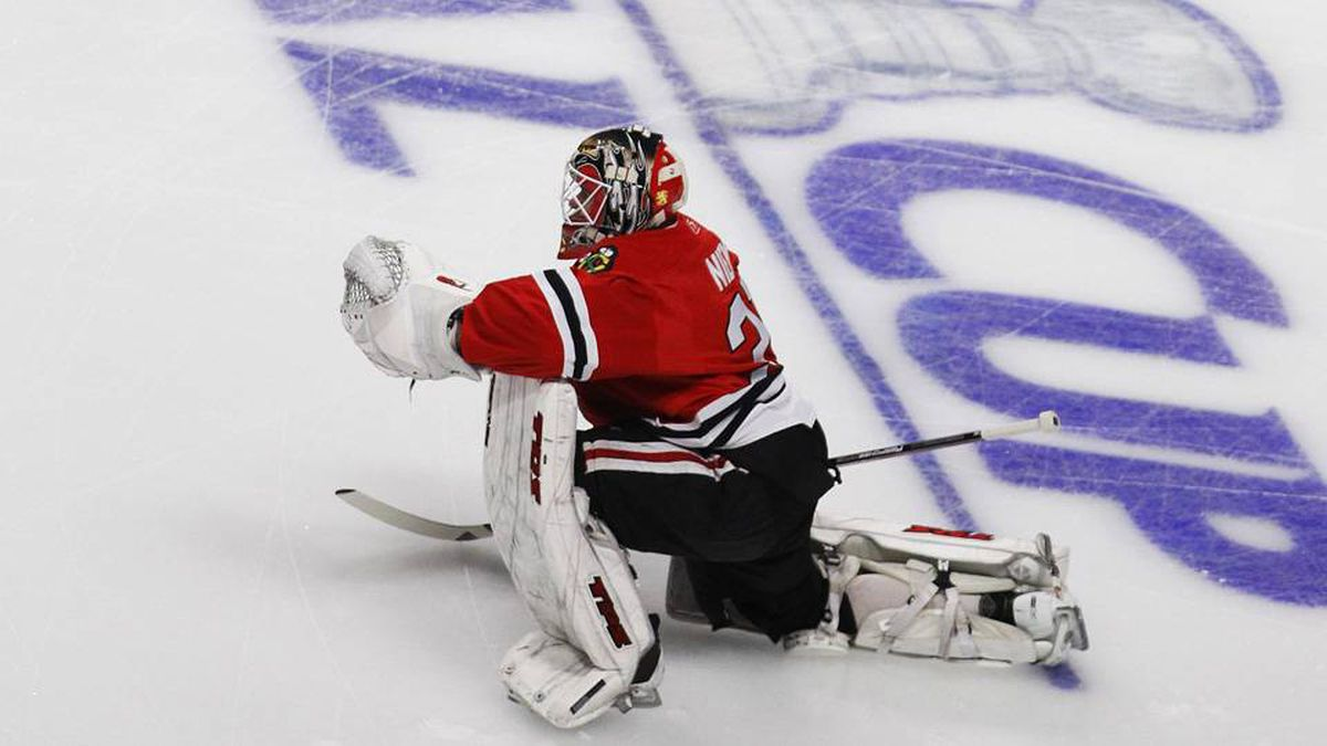 Chicago Blackhawks goaltender Antti Niemi warms up before the start of Game 5 in the NHL Stanley Cup final hockey series between the Blackhawks and the Philadelphia Flyers in Chicago, Illinois, June 6, 2010. REUTERS/Jeff Haynes