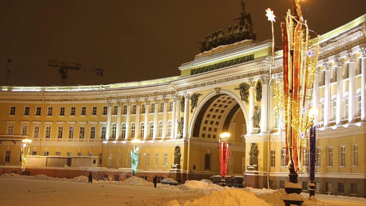 Philip Neelamegam photo: Palace Square - St Petersburg - Palace Square is considered to be the city's main square and serves as an excellent example of how different architectural styles can be combined in a most elaborate and aesthetically pleasing way