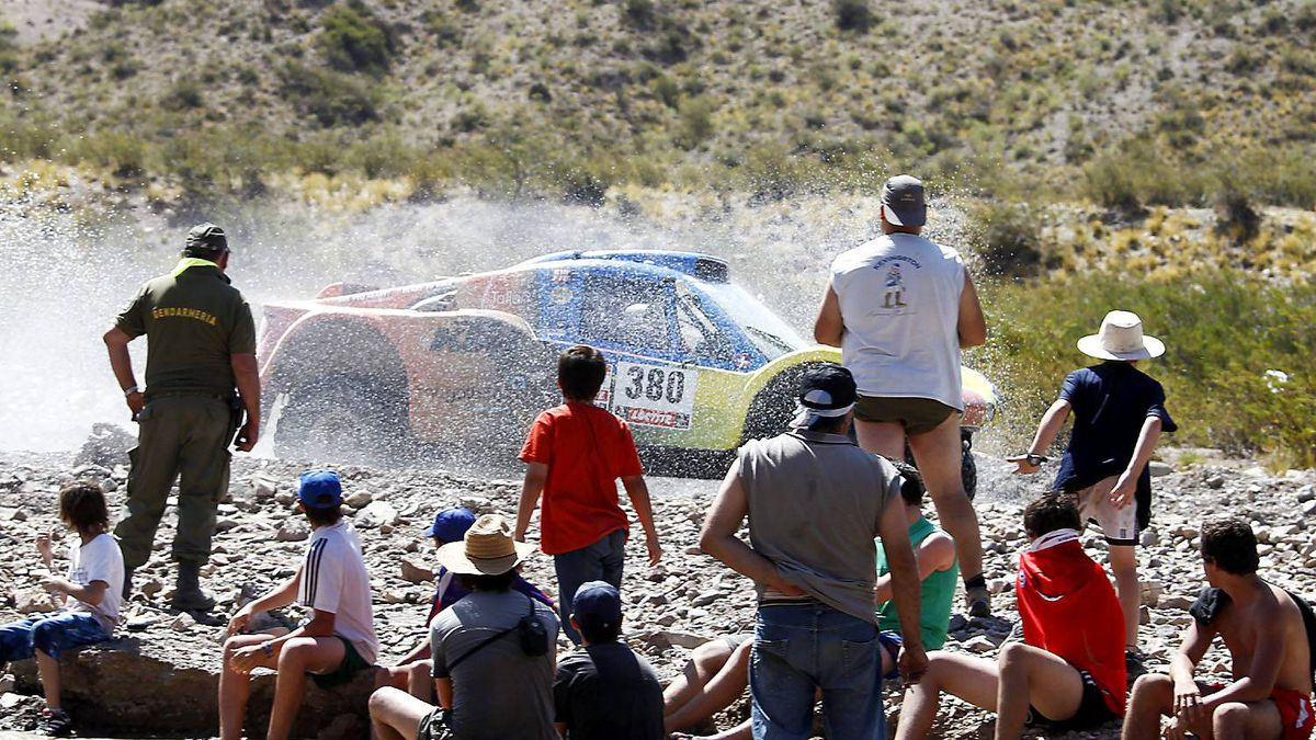 SMG's driver Francisco Pita and co-driver Humberto Goncalves, both from Portugal, compete in the third stage of the 2012 Argentina-Chile-Peru Dakar Rally between San Rafael and San Juan, Argentina, Tuesday Jan. 3, 2012.