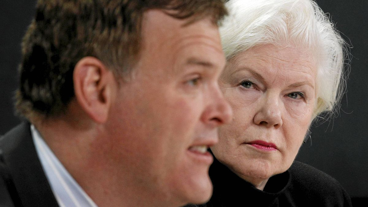 Elizabeth Dowdeswell (R), chair of the Oilsands Advisory Panel, listens to Canada's Environment Minister John Baird speak during a news conference in Ottawa December 21, 2010.