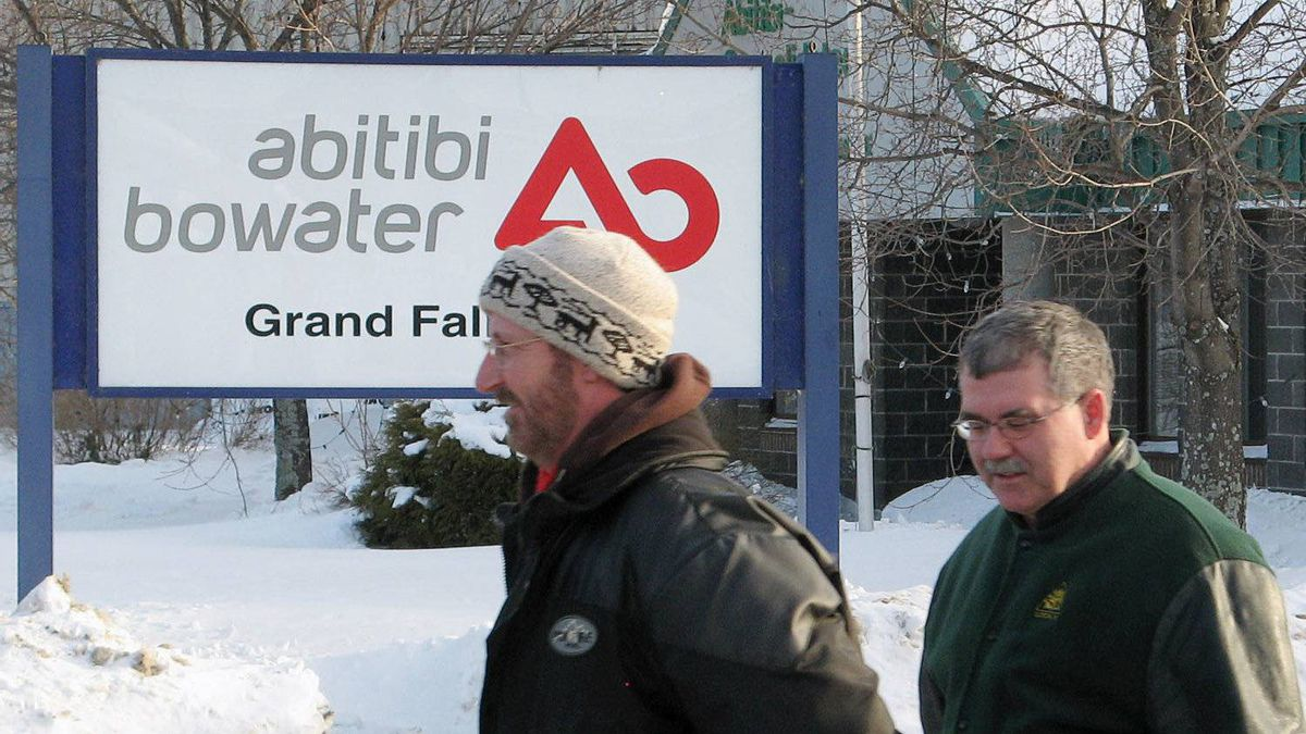 Workers leaves the AbitibiBowater paper mill in Grand Falls-Windsor, N.L., after the company shut down production Thursday Feb. 12, 2009.