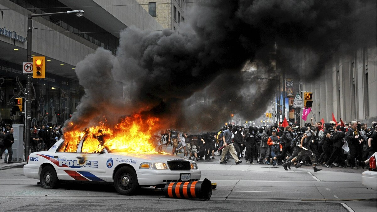 Anti-summit protesters clash with police in downtown Toronto June 25, 2010 during the G20 summit.