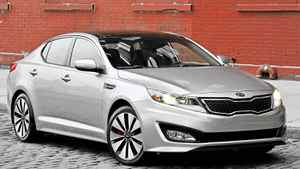 Teenagers and twentysomethings have been known to gawk at and applaud the look of the 2011 Kia Optima.