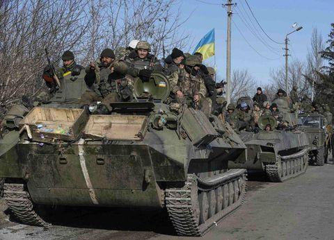 Kiev unmoved on weapons withdrawal as troops pull out of Debaltseve