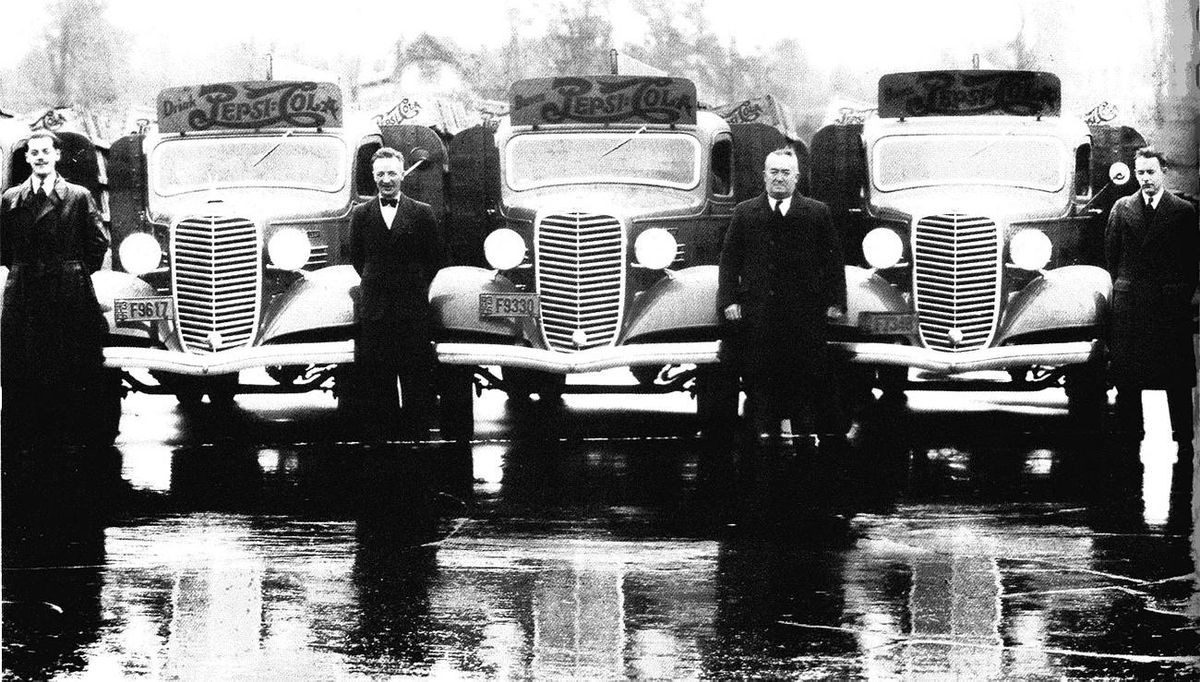 Historical photo of Pepsi drivers with their trucks in Quebec