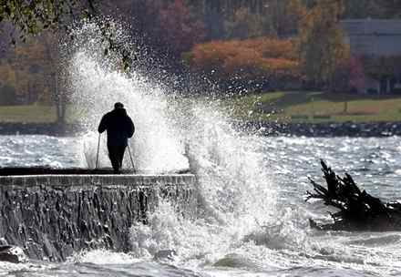 Waves caused by a strong breeze crash against the seawall along the English Bay side of Stanley Park in Vancouver, British Columbia November 4, 2008.
