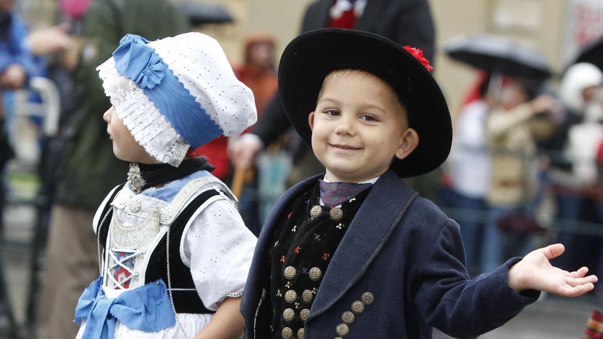 Children in traditional costumes take part at the Oktoberfest parade in Munich September 18, 2011.