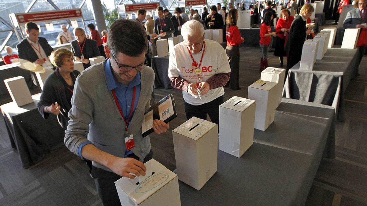 Delegates cast their ballots for the new executive on day two of the Liberal Convention in Ottawa on Jan. 14, 2012.