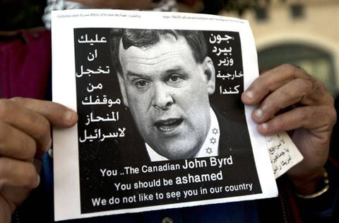 Palestinians protest Baird's visit by hurling eggs, shoes at convoy
