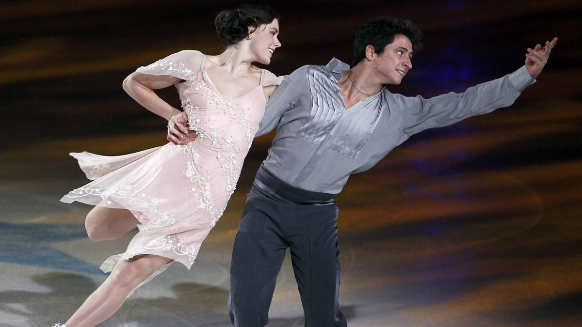 Tessa Virtue (L) and Scott Moir of Canada skate during '2010 All That Skate LA' ice show in Los Angeles, California, October 2, 2010.