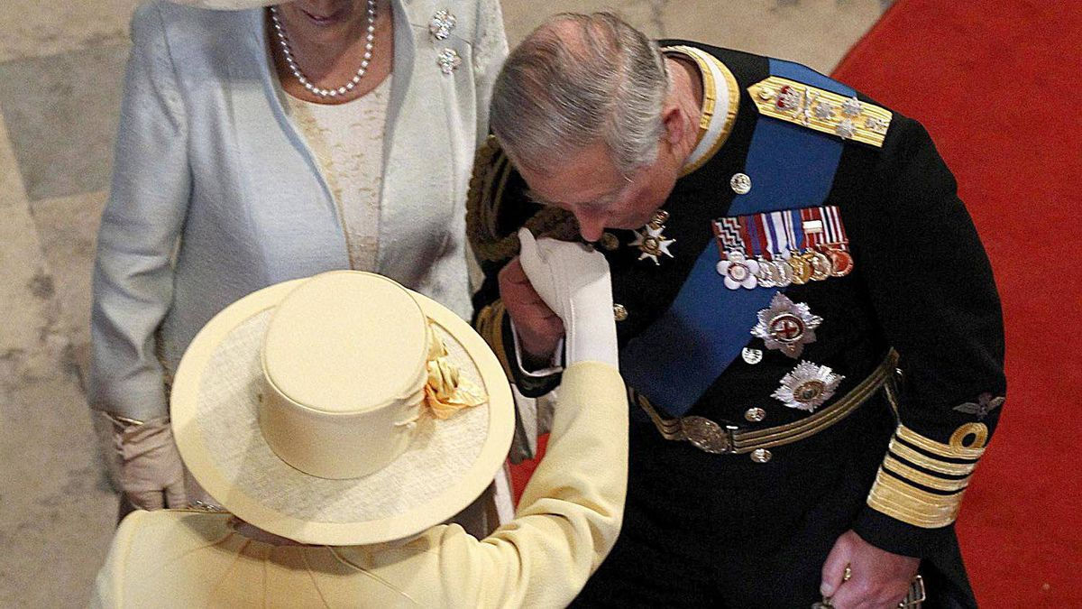 Britain's Prince Charles kisses the hand of his mother, the Queen, next to his wife Camilla as they arrive at Westminster Abbey before the royal wedding of Britain's Prince William and Kate Middleton in central London April 29, 2011.