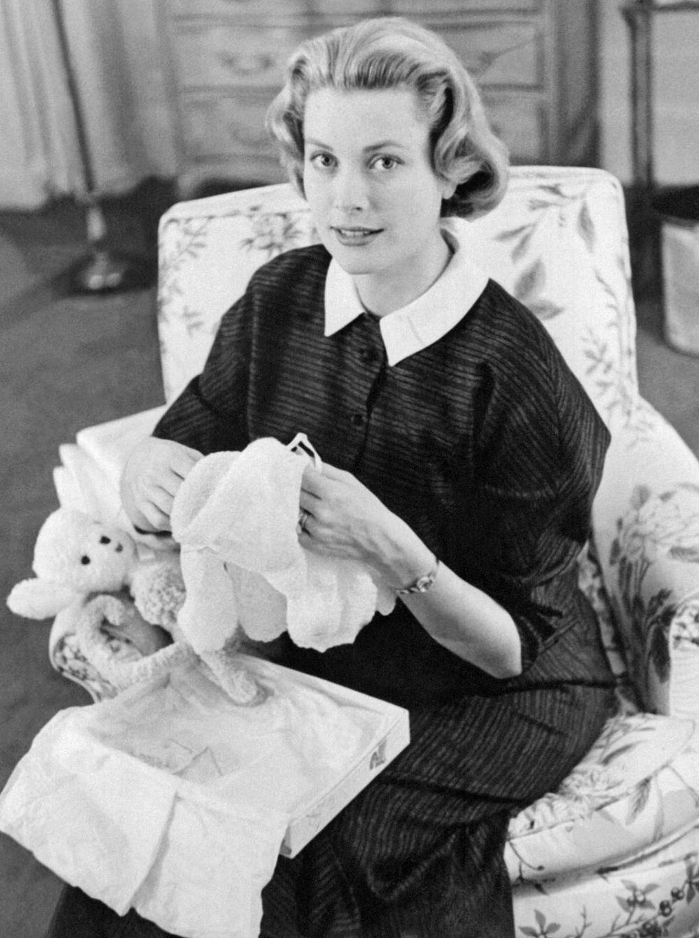 9a538c0608751 Gorgeous and glamorous Grace Kelly (the American actress who became  Princess of Monaco) famously tried to hide her growing stomach by using a  Hermes bag to ...