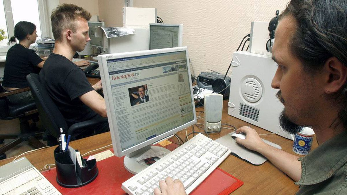 Activists of oppositional United Civil Front led by former chess champion Garry Kasparov, work with their party Web site, Moscow, June 14, 2007. Through phone lines, blinking routers and on spinning hard drives, a cyber civil war is raging in Russia. Someone has committed vast resources to hacking and crippling the Web sites of liberal democrats, ultranationalists and independent media in recent months, leaders of these groups say, adding that the assaults go far beyond routine random harassment.