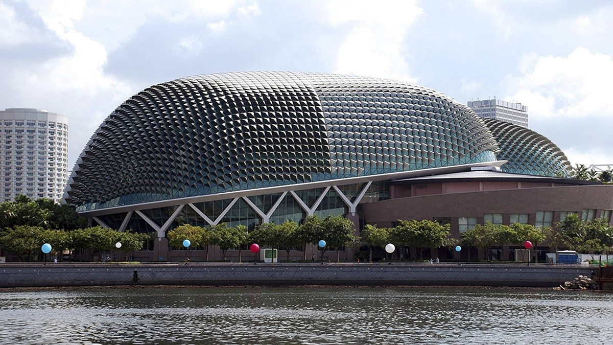 Maryse Tremblay photo: Esplanade - Singapore - Esplanade Art Centre. Inaugurated in October 2002. Nicknamed 'The Durian' becaused it is shapel like the fruit.