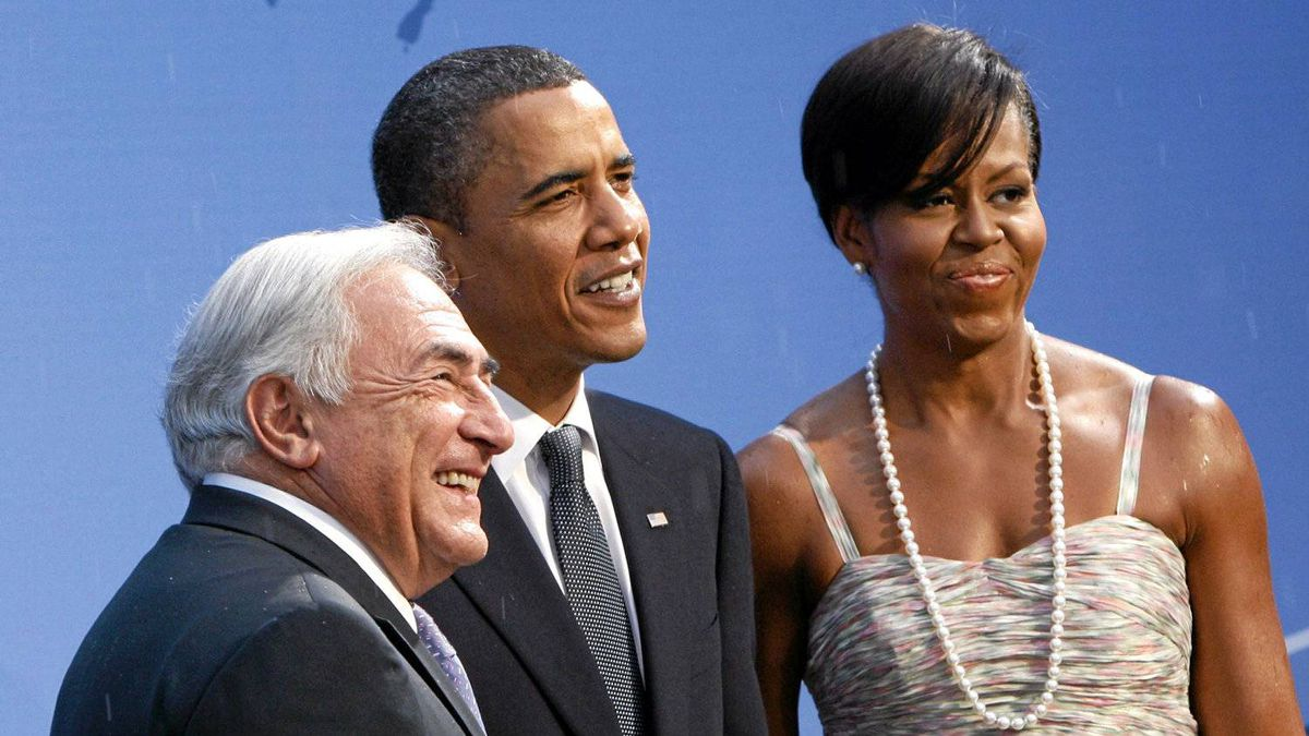 U.S. President Barack Obama (C) and first lady Michelle Obama greet IMF Managing Director Dominique Strauss-Kahn as they arrive at the Phipps Conservatory for an opening reception and working dinner for heads of delegation, at the Pittsburgh G20 Summit in Pittsburgh, Pennsylvania September 24, 2009.