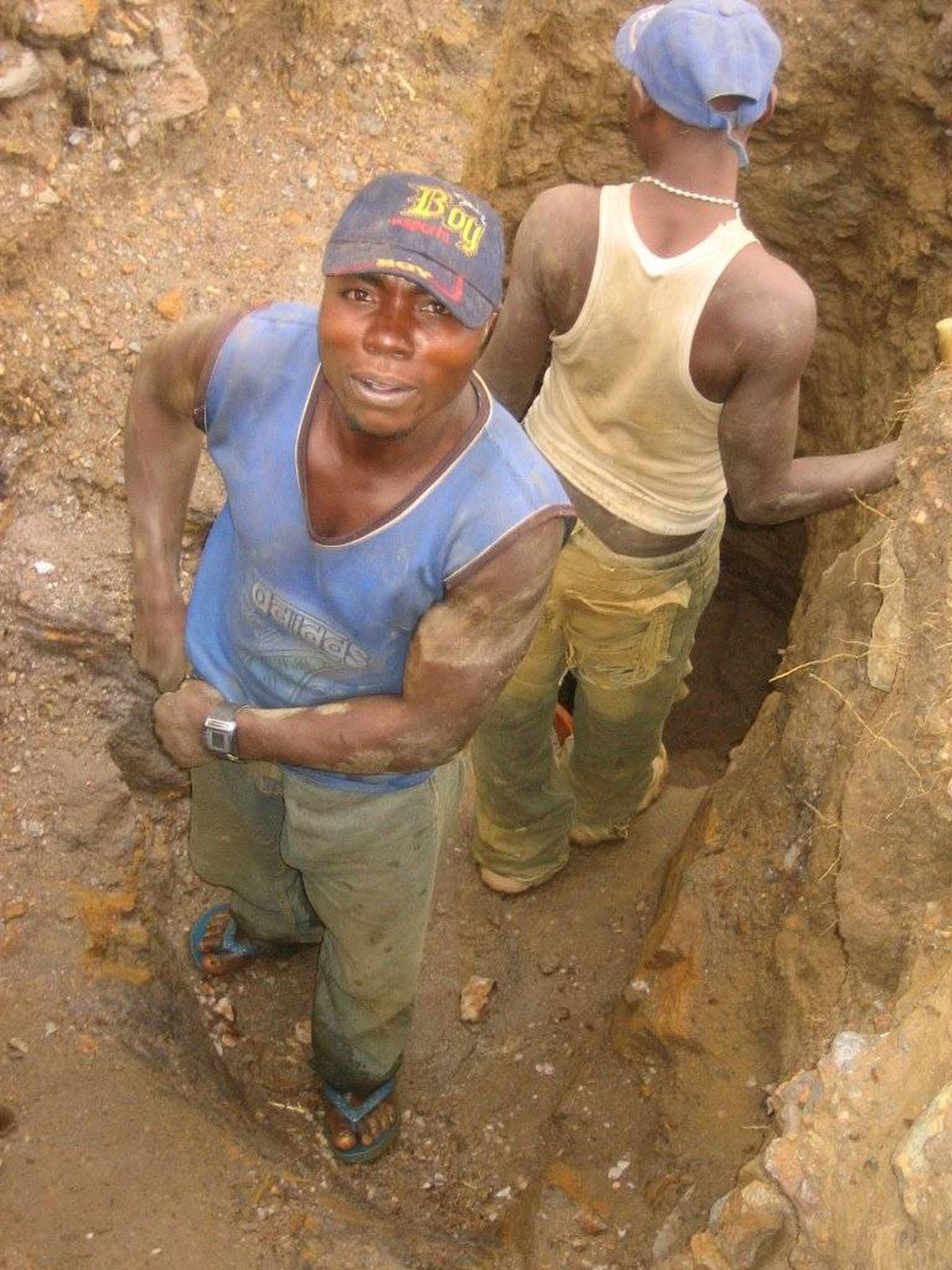 Artisinal miners in Luntukulu, DRC dig for tungsten ore. Their mine,which is under the control of the Congolese army, abuts one in thehands of Rwandan rebels - Congo's vast mineral wealth is fueling thecountry's long-simmering war.