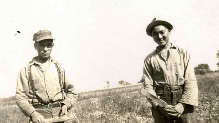 Tom Kuwabara and Yon Shimizu (right) in the fields of southern Ontario during the Second World War.