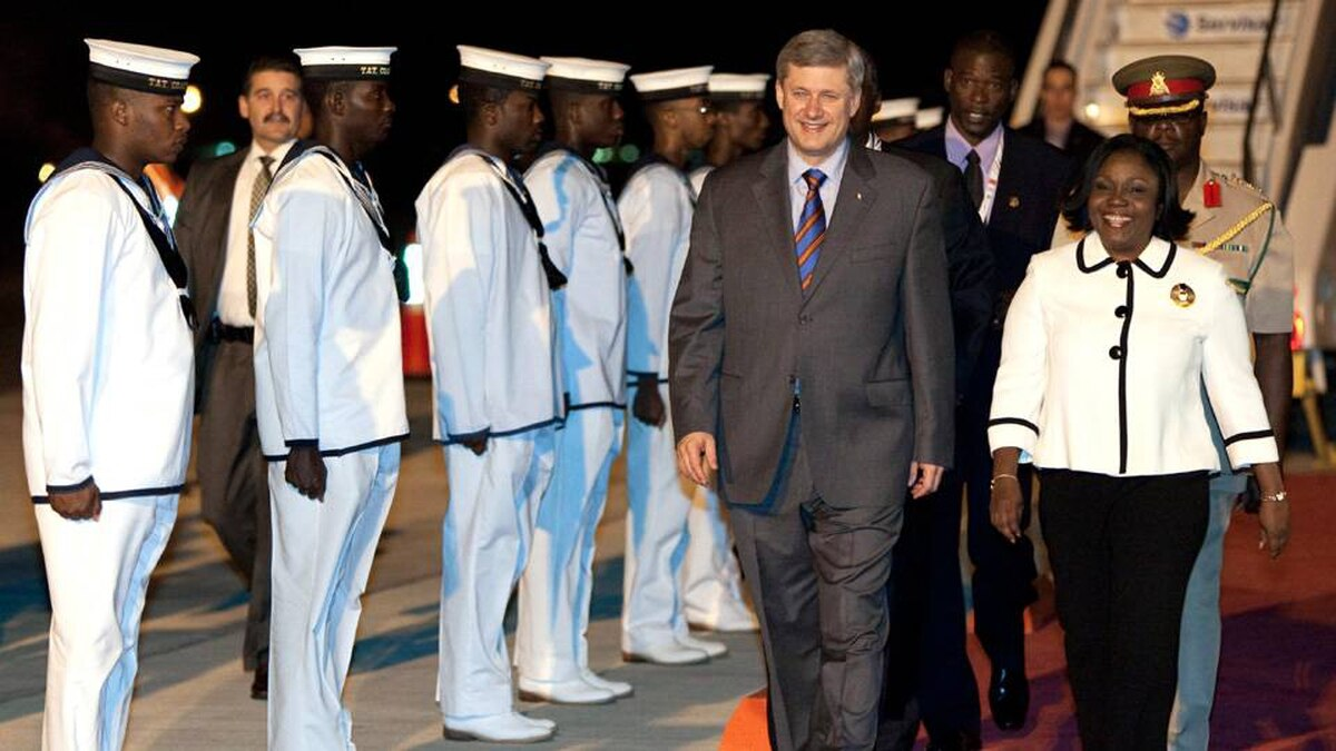 Prime Minister Stephen Harper arrives in Port of Spain, Republic of Trinidad and Tobago, as he is greeted by Ministry of Foreign Affairs Protocol Officer Maxine Barnett on Thursday November 26, 2009.