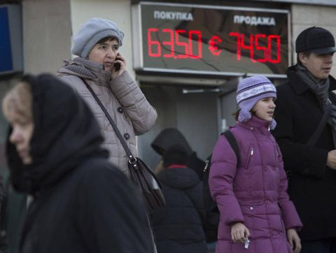 Ruble sees worst annual drop since 1998 as oil, sanctions weigh