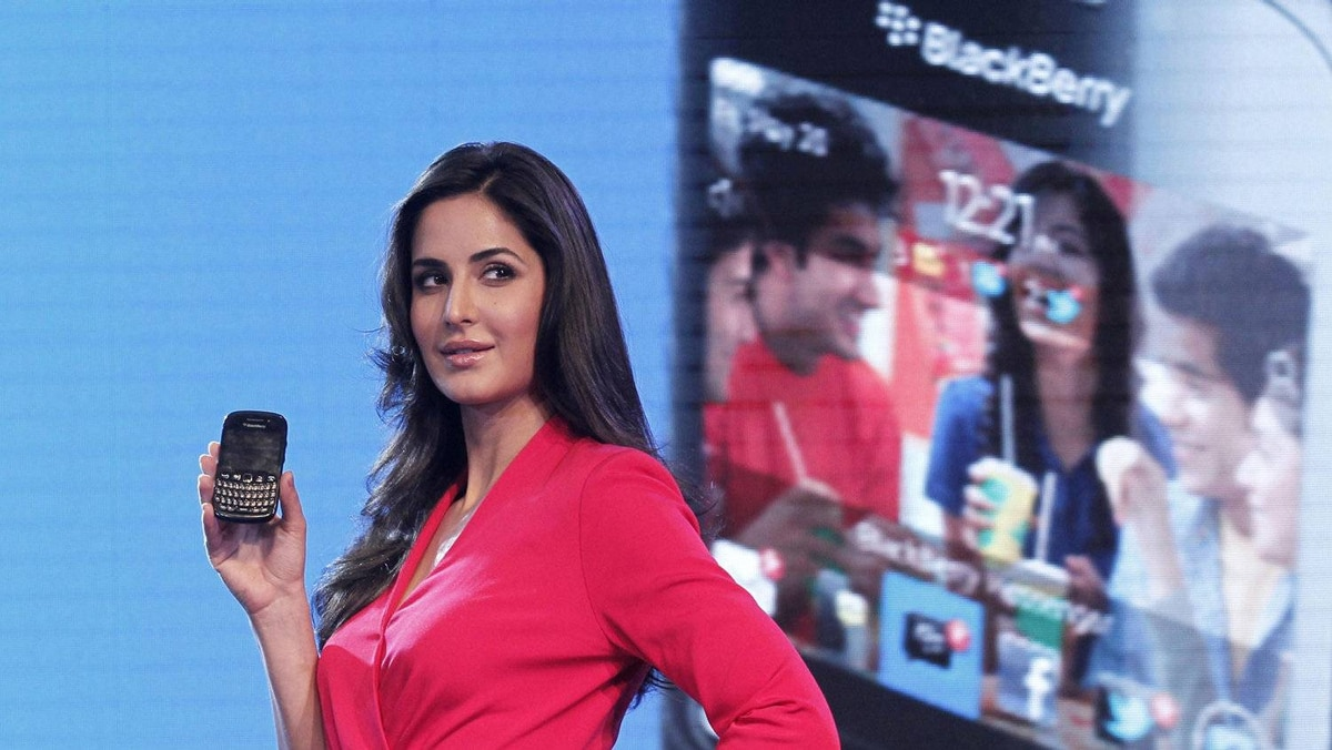 Bollywood actress Katrina Kaif poses with the newly launched BlackBerry Curve 9220 smartphone in New Delhi April 18, 2012.