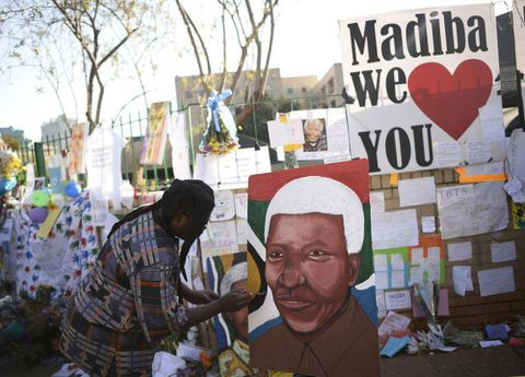 Mandela on life support as family gathers
