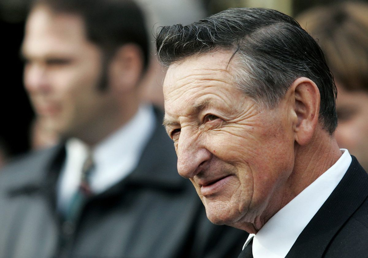 Canada's hockey dad Walter Gretzky was always there for his son Wayne, but never in his way