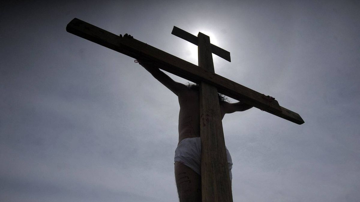 A penitent participates in a re-enactment of the crucifixion of Jesus Christ on Good Friday in Tegucigalpa April 6, 2012.