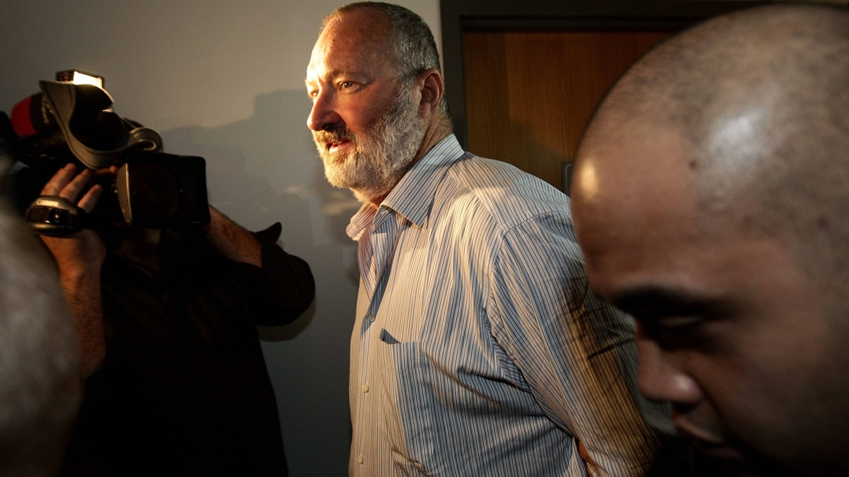 Actor Randy Quaid is escorted from an immigration hearing in Vancouver on Oct. 22, 2010.
