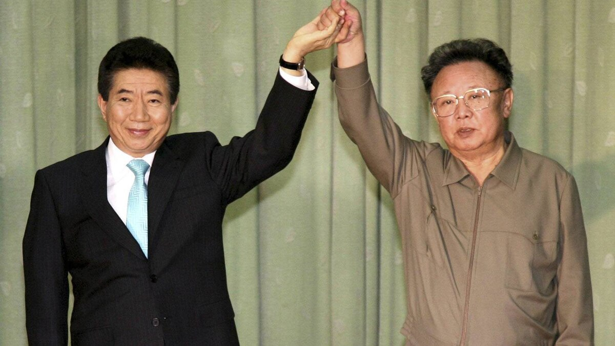 North Korea's leader Kim Jong-il (R) and South Korea's President Roh Moo-hyun pose after they exchanged the joint statement in Pyongyang October 4, 2007. The leaders of North and South Korea pledged to bring peace to the Cold War's last frontier by seeking talks with China and the United States to formally end the 1950-1953 Korean War.