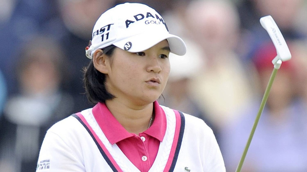 Yani Tseng of Taiwan watches her putt on the 16th green during the final round of the Women's British Open golf championship at Carnoustie, Scotland, July 31, 2011. REUTERS/Russell Cheyne