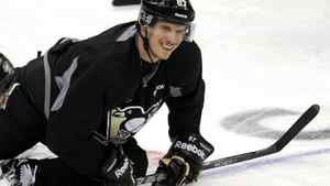 "The Pittsburgh Penguins' Sidney Crosby stretches during the ""morning skate"" in preparation for his game against the New York Islanders in Pittsburgh, Pennsylvania, November 21, 2011. REUTERS/David DeNoma"