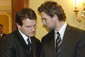 "Vincent Damphousse, left, seen huddling with Trevor Linden during the 2005 NHL lockout, says Paul Kelly was a victim ""of a kind of paranoia""."