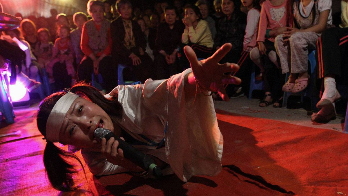 Hu Xinglian wails in grief at the funeral of a man she's never met. The show also included a comedy skit and belly dancing.