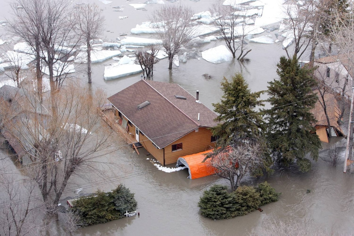 Homes and Cottages along Provincial Road 320 are flooded and risk being damaged by large slabs of ice moving along the Red River after north of Selkirk, Man., on April 12, 2009.