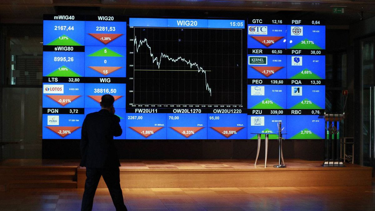 A man looks at the index screen at the Warsaw Stock Exchange in Warsaw August 10, 2011.
