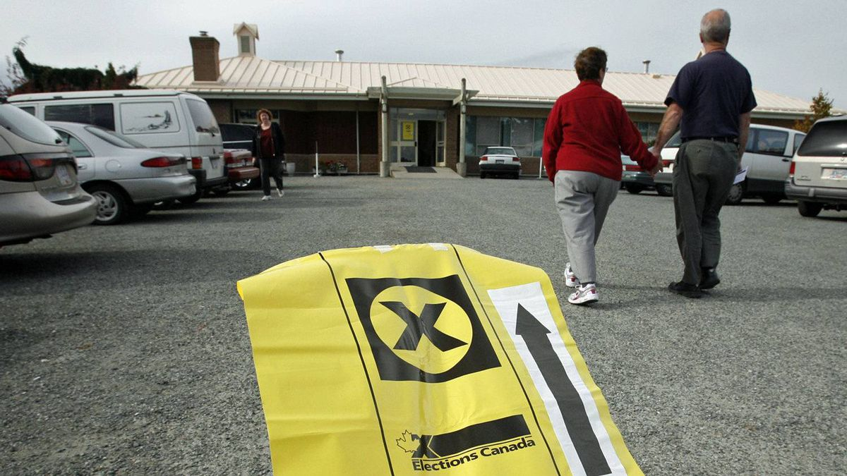 A couple walks up to a polling station near Sidney, B.C, iin the federal riding of Saanich-Gulf Islands on Oct. 14, 2008.