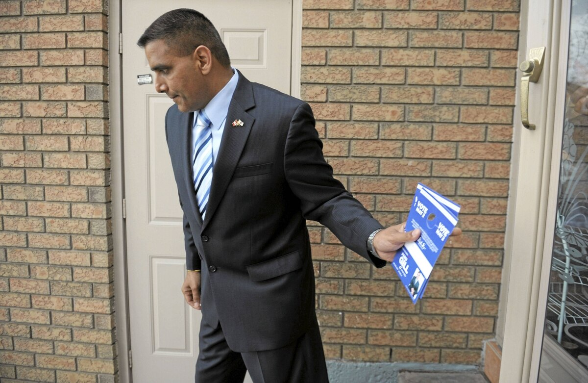 Parm Gill, the Conservative candidate for the Brampton-Springdale riding does some last minute canvassing as he looks to unseat incumbent, Liberal Ruby Dhalla.