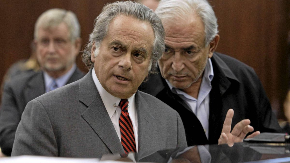 International Monetary Fund (IMF) chief Dominique Strauss-Kahn, right, talks with his lawyer Benjamin Brafman during his arraignment in Manhattan Criminal Court in New Yorkm May 16, 2011.