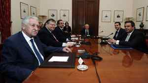 Greek political leaders (from L to R): Democratic Left party leader Fotis Kouvelis, Socialist PASOK party leader Evangelos Venizelos, Conservative New Democracy party leader Antonis Samaras, Greek President Karolos Papoulias, head of Greece's Left Coalition party Alexis Tsipras and leader of the Independent Greeks party Panos Kammenos meet at the presidential palace in Athens May 15, 2012.