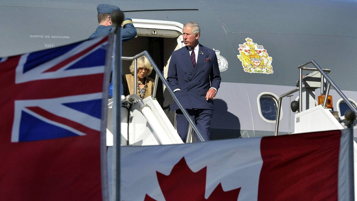Prince Charles and his wife Camilla, Duchess of Cornwall, arrive at Pearson International Airport in Toronto May 21, 2012. The Prince of Wales and his wife are on a three-day royal tour of Canada as part of events that mark the Queen's Diamond Jubilee.