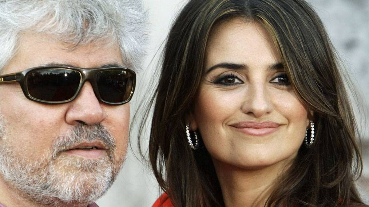 Penelope Cruz and Pedro Almodovar arrive for the British premiere of Broken Embraces at Somerset House in London, July 30, 2009.